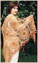 Вязаная ажурная шаль из цветочных мотивов