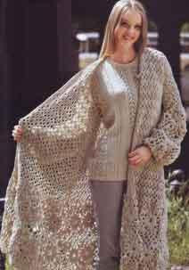 Вязаное пальто с ажурными мотивами