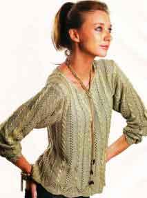 Вязаный пуловер узором из кос и мережек
