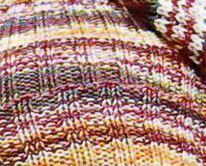 Вязаные шапка и шарф с помпонами